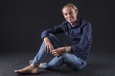 牛仔裤,男人,衬衫,大背头,坐在地上,30到39岁,留白,水平画幅,注视镜头,地毯