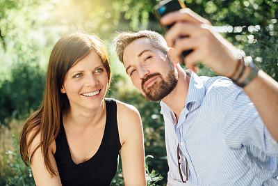 异性恋,手机,自拍,户外,搂着肩膀,女朋友,夏天,男性,仅成年人,青年人