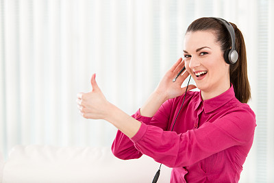 女商人,翘起大拇指,呼叫中心,办公室,30到39岁,留白,耳麦,水平画幅,注视镜头,电话机