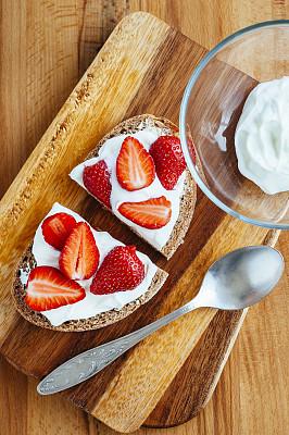 面包,草莓,切片食物,案板,桌面射击,凝乳酪,垂直画幅,褐色,无人,奶油