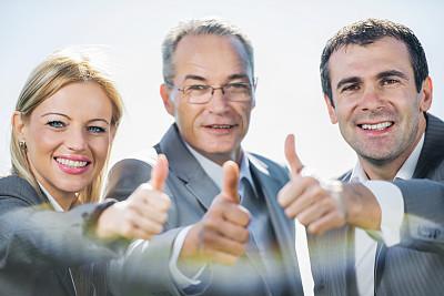 商务人士,翘起大拇指,30到39岁,少量人群,水平画幅,注视镜头,手势语,人群,户外,白人