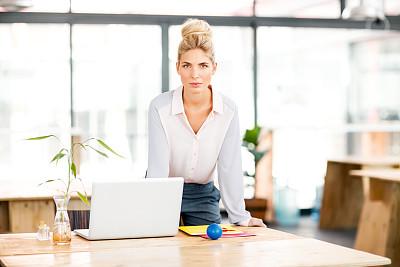 信心,办公室,笔记本电脑,女商人,正面视角,仅成年人,青年人,专业人员,技术,休闲正装