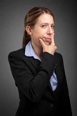 女商人,白色人种,分离着色,灰色背景,垂直画幅,美,30到39岁,注视镜头,美人