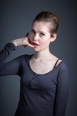 女人,分离着色,灰色背景,打电话手势,垂直画幅,美,注视镜头,美人,白人