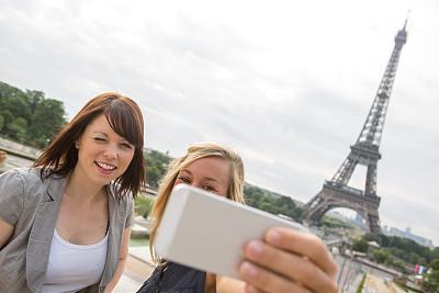 两个人,自拍,巴黎,埃菲尔铁塔,纪念碑,天空,旅行者,周末活动,仅成年人,青年人