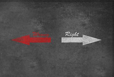 黑板,错误道路,用右手,左撇子,正面视角,领导能力,古老的,箭头符号,黑色背景,想法