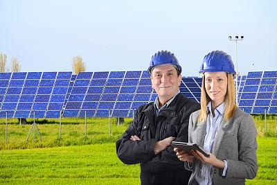 太阳能电池板,太阳能发电站,正面视角,半身像,能源,经理,安全帽,男性,仅成年人,工业