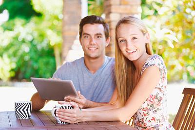 门前露台,青年伴侣,平板电脑,正下方视角,看,选择对焦,美,水平画幅,注视镜头,门廊