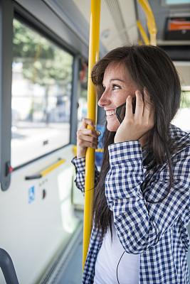 青年人,女人,智能手机,巴士,幸福,垂直画幅,正面视角,青少年,留白,技术