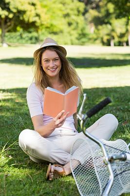 书,公园,自行车,女人,垂直画幅,正面视角,注视镜头,夏天,户外,白人