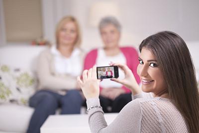 仅成年人,信心,白发,50到59岁,金色头发,女人,灰发,露齿笑,快乐,便携式信息设备
