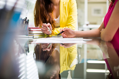商务会议,墨西哥人,正面视角,仅成年人,青年人,书桌,商务,女人,20到29岁,青年女人