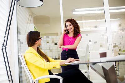 办公室,女商人,创造力,两个人,落地灯,墨西哥人,正面视角,仅成年人,长发,青年人