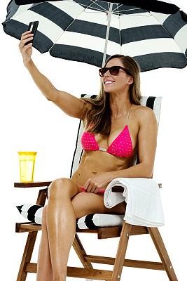 比基尼,女人,自拍,海滩遮阳伞,沙滩椅,垂直画幅,晒黑,草帽,夏天,饮料