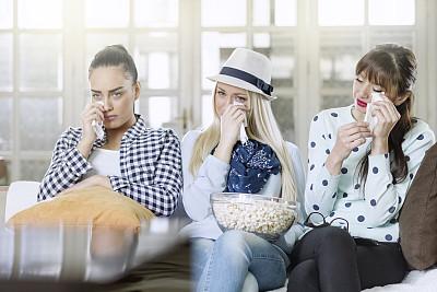青年女人,换频道,电影,电视机,茶几,遥控器,高清格式,黑发,家庭生活,眼镜