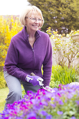 园艺高手,园艺手套,泥铲,留白,家庭生活,夏天,仅成年人,女人,仅一个女人