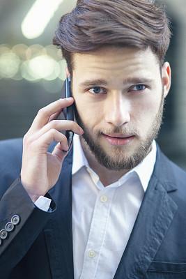 男商人,青年人,智能手机,垂直画幅,留白,忙碌,套装,仅男人,仅成年人,现代