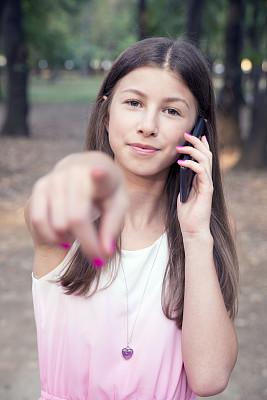 青少年,手机,注视镜头,用手势指挥,食指,垂直画幅,正面视角,夏天,技术