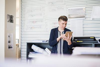 专业人员,办公室,女性,使用平板电脑,正面视角,半身像,文档,仅成年人,青年人,技术