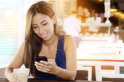 智能手机,正面视角,咖啡店,夏天,仅成年人,长发,网上冲浪,青年人,信心,技术