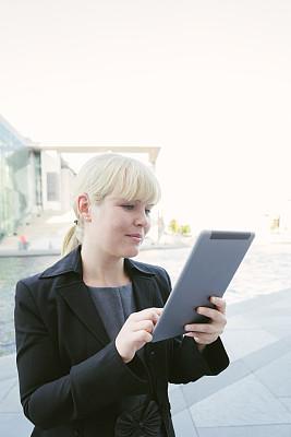 快乐,女商人,工间休息,使用平板电脑,施普河,视频会议,垂直画幅,领导能力,周末活动,套装