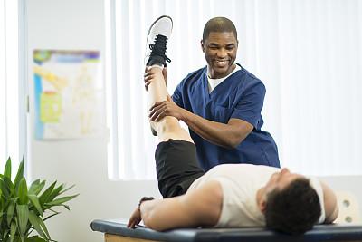 物理疗法,病房,水平画幅,诊疗室,白人,非裔美国人,按摩师,运动员,男性,青年人