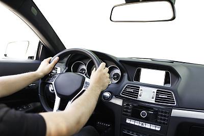 汽车,仪表板,方向盘,汽车内部,交通工具内部,陆用车,玻璃,司机,男性,仅男人