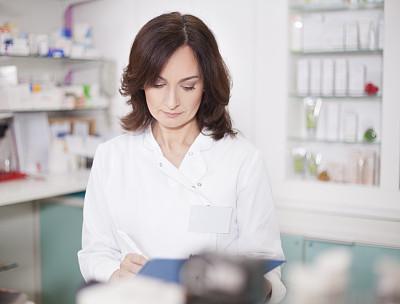 药剂师,女性,30到39岁,仓库,水平画幅,架子,商店,白人,仅成年人,青年人