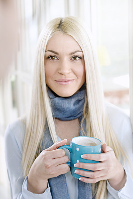 咖啡,青年女人,热,垂直画幅,美,休闲活动,美人,热饮,饮料,白人