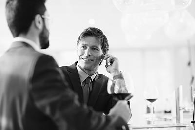 男商人,玻璃杯,葡萄酒,水平画幅,含酒精饮料,套装,商务会议,仅男人,仅成年人,公司企业