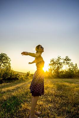 自然美,垂直画幅,美人,夏天,户外,白人,仅成年人,自由,青年人,田地