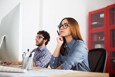 努力,设计师,使用电脑,并排,忙碌,男商人,新创企业,男性,眼镜,青年人
