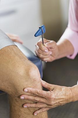 敲诊槌,职业治疗,膝,垂直画幅,选择对焦,身体受伤,锤子,替代疗法,辅导讲座,白人
