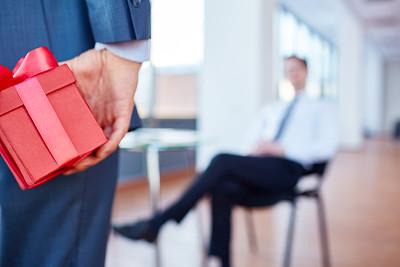 礼物,经理,商务关系,办公室,水平画幅,生日,男商人,白领,商业金融和工业