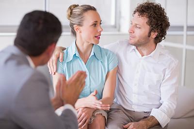 异性恋,会议,金融顾问,正面视角,男性,居住区,沙发,青年人,专业人员,35岁到39岁