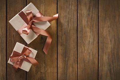 两个物体,乡村风格,木制,包装纸,桌子,圣诞包装纸,礼物,美术工艺,复古风格,自制的