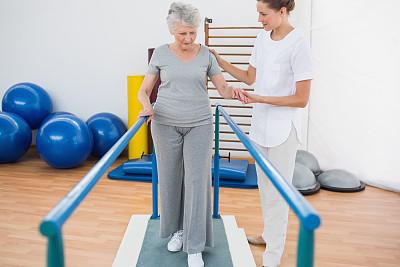 双杠,老年女人,指导教师,65到69岁,休闲活动,健康,30岁到34岁,平衡,充满的,培训课