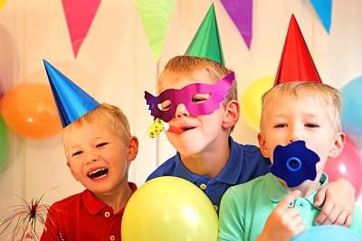生日,儿女,增压式发动机,玩具吹卷,派对帽,装饰旗,双胞胎,斜眼看,水平画幅,进行中