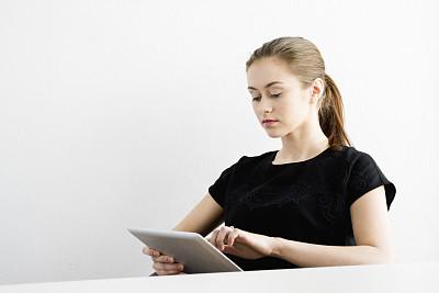 女人,平板电脑,留白,半身像,电子邮件,不看镜头,仅成年人,现代,网上冲浪,青年人