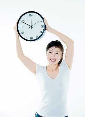 青年女人,拿着,挂钟,打卡器,核对时间,垂直画幅,留白,半身像,四肢,举起手