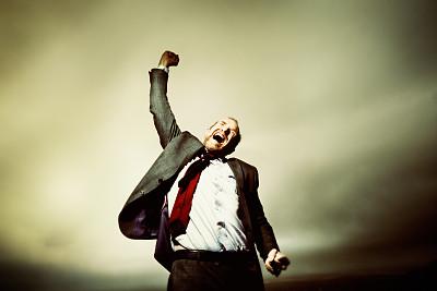 男商人,发狂的,山顶,挥动拳头,留白,暴风雨,水平画幅,绝望,套装,户外