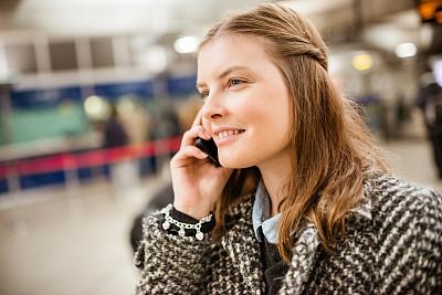 地铁站,巴黎地铁,电话机,美,通勤者,半身像,水平画幅,美人,白人,仅成年人