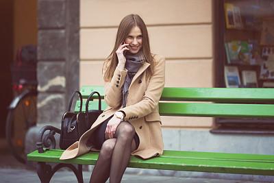 青年人,街道,现代,美,长椅,水平画幅,美人,户外,长发,从容态度