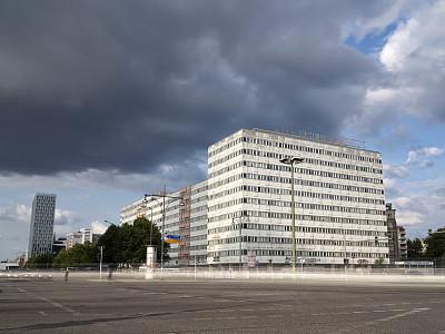 交通,柏林,十字路口,天空,留白,通勤者,水平画幅,忙碌,户外,交通方式