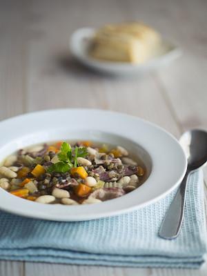 扁豆,汤,lloyd bacon,绿扁豆,意大利拖鞋面包,垂直画幅,正面视角,留白,胡萝卜,素食