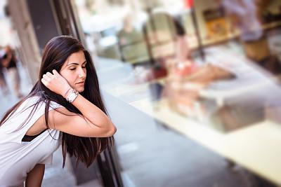 商店,看,街道,女人,里面,美,零售展示,拉美人和西班牙裔人,外立面,水平画幅