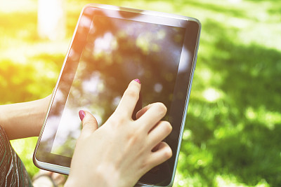 平板电脑,数字化显示,留白,公园,新的,休闲活动,水平画幅,户外,草,特写