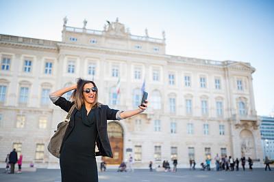 意大利,注视镜头,的里雅斯特,旅行者,仅成年人,头发,青年人,技术,商务,女人