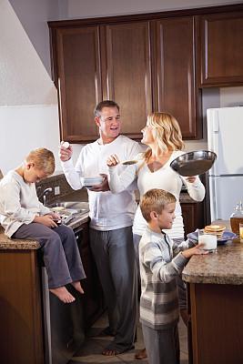 早餐,家庭,厨房,掌上电子游戏,垂直画幅,薄烤饼,学龄前,家庭生活,早晨,男性