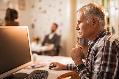 侧面像,台式个人电脑,女商人,看,办公室,脑风暴,休闲活动,水平画幅,工作场所,小企业